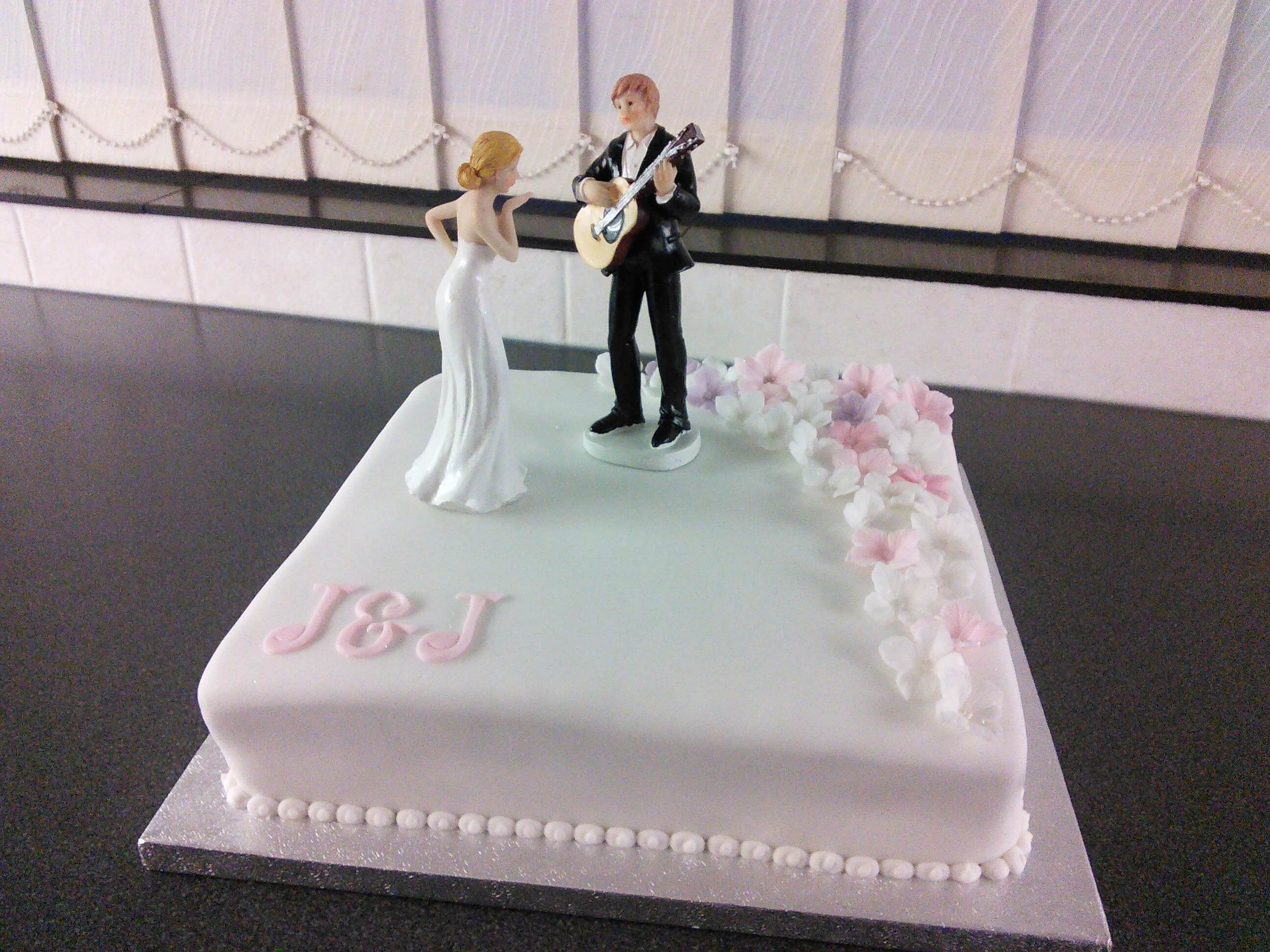 plain wedding cakes to decorate yourself plain undecorated white iced sponge cake decorate yourself 18644